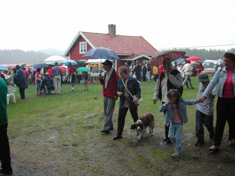MYE FOLK: Uansett vær samler  Nössemarkdagene mye folk, både fra nærområdet og Halden..