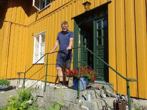 TOSTERØD: Bernt-Henrik Hansen har bodd på Tosterød gård hele sitt liv. Med 100 mål dyrket mark og 850 mål skog har enhetslederen i Plan&Miljø nok å gjøre også på hjemmebane. I morgen fyller han 50 år, og da blir det bursdagsfeiring hjemme på gården.