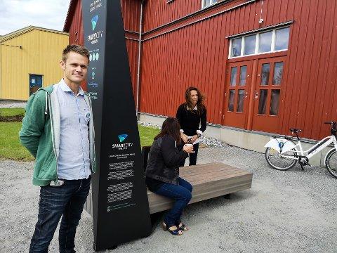SMARTBENK: Nå har det kommet to nye smartbenker i sentrum. –Her kan du ta en pause å lade battereiene- i dobbel forstand, forteller Øyvind Harridsleff fra Tekna Halden.