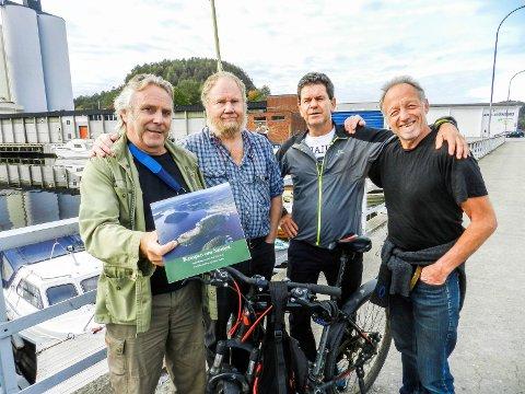 SAUØYA: Sauøyas historie er her i bokform. Fra venstre sees Vidar Hov Lian, Jørgen Johansen (redaktør), Morten Paulsen og Jørn Bøhmer Olsen.