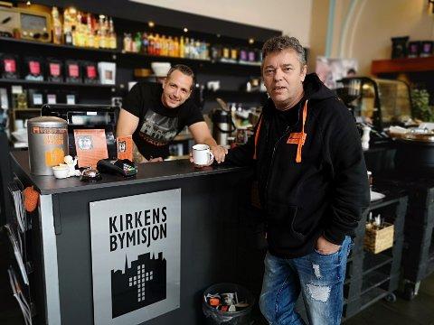 KAFÉ MØTESTEDET: Trond Henriksen sammen med frivillig, Tony Jensen.