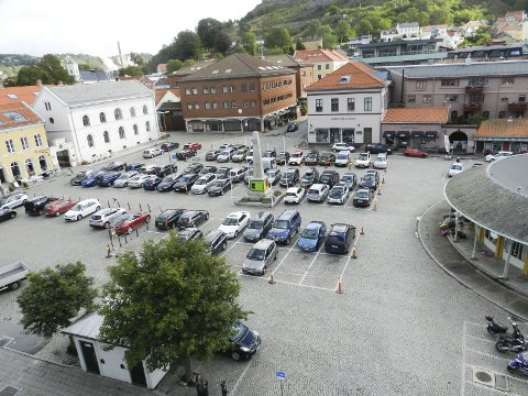 TORGET: Er det greit at Haldens fineste åpne plass kun brukes til parkering? HA ønsker debatt!