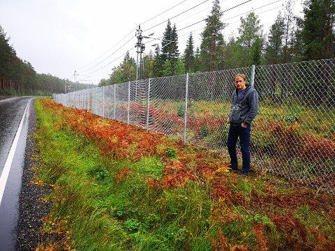 LIVSFARLIG: Eivind Karlsen er jaktleder i Prestebakke jaktlag og kjenner til området hvor gjerdet er satt opp. Han forteller det er livsfarlig for mennesker da gjerdet ikke har viltåpning.