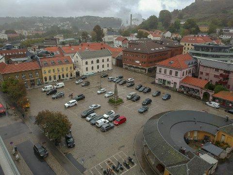 TORGET: Torget er for flott til bare å fungere som en parkeringsplass. Dronefoto: Johnny Larsen