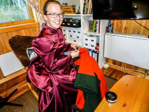 HISTORISKE KLÆR: Marie Svendberg Eriksen syr gamle klær. Drakten hun har på seger fra 1800-tallet.