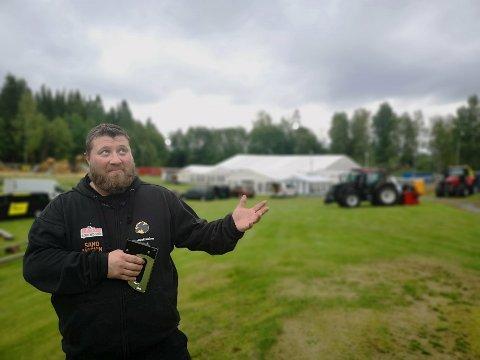 SPENT PÅ VÆRET: Geir Arne Hanseseter er sjef for festivalområdet på Elgfestivalen. Han forsikrer dem som eventuelt ser an været om at de har masse telt festivalen kan flyttes inn i dersom det kommer regn.