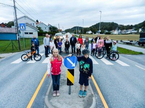KJEMPER: Foreldre og barn kjemper for lysregulerte gangfelt i Iddeveien. I front sees Malin Gjersengen-Hanssen og Benjamin Ferangen-Oremyr.