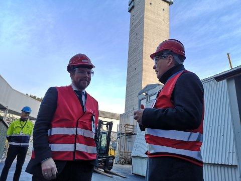 MINISTERBESØK: Næringsminister Torbjørn Røe Isaksen besøkte Nexans torsdag formiddag. Her snakker han med ordfører Thor Edquist om Svinesundterskelen.