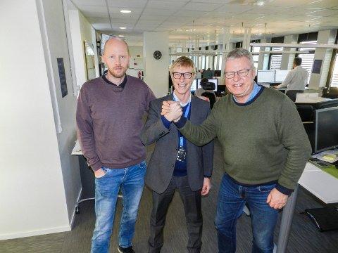 FORNØYDE: Fra venstre sees klubbleder Kristian Bjørneby, banksjef Tom Willy Prangerød og ansvarlig redaktør Hans-Petter Kjøge.