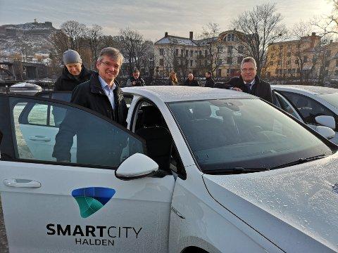 VINNER: Haldens elbiler med utleieordnin, samt elsykkelutleie og biogassatsing vant prisen. Her sees statssekretær Paul Chaffey (tv) sammen med ordfører Thor Edquist (th). Arkiv.