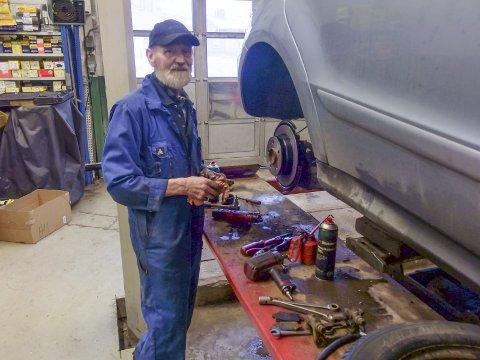 Gir seg ikke:For Ola Haugsgjelten er det ingen forskjell på jobb og hobby. Han har skrudd siden han var guttunge, og selv om han nå blir 70, har han ingen planer om å gi seg. Det er nok mange glad for.   Foto: tille andreassen