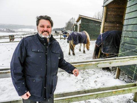 FORNØYD: Thor Grønnerød ved Kamperhaug gård er svært fornøyd med at Hovedutvalg for plan,teknisk, landbruk og miljø  i går sa ja til bygging av ridehall.
