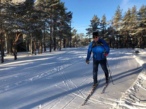 SKIGLAD: Åge Wikstøl i Halden skiklubb har preparert lysløypa. Fra Asakveien til Høiås.