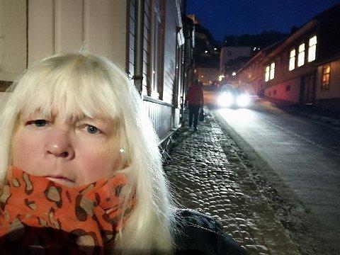 FRUSTRERT: Ann Kristin Granholt synes det er frustrerende når det ikke har vært alternativer ruter mens Knardalsbakken har vært stengt for trafikk.