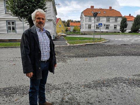 BEKYMRET: Jan Boye Lystad bor i Os allé 11 og er bekymret for trafikkavviklingen i krysset mot Gimleveien når Gimleveien blir forkjørsvei fra 1. november.