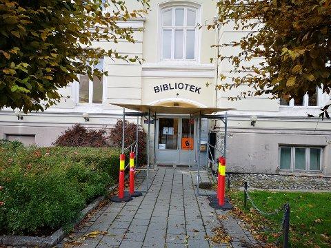 SIKRET: Halden bibliotek måtte stenge på grunn av takras i helgen, men har åpnet igjen nå.