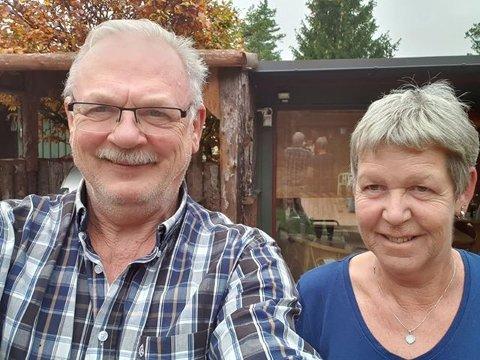 GODT HUMØR: Ekteparet Tore og Sissel Adriansen har ikke mistet sitt gode humør selv om de sitter flomfaste på hytta ved Skauskroken. – Vi håper å kunne dra hjem i morgen, sier de.