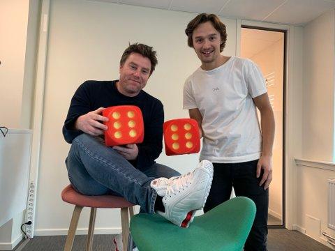 Ole Jacob Herft (th) og Atle Wester Larsen (med spektakulære sko) i Sportsprat.