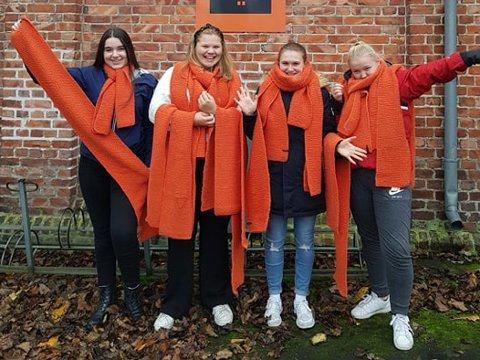 IVRIGE: Disse elevene ved Halden vgs. har strikket mange skjerf til årets Oransje skjerf-aksjon hos Kirkens Bymisjon. – De har vært kjempeflinke, skryter Trond Henriksen i bymisjonen i Halden.