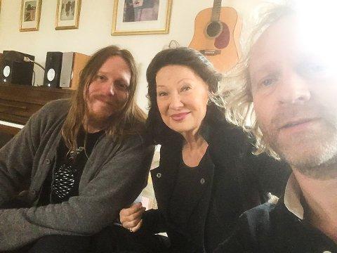 GLEDER SEG: Her møter Åse Kleveland Freddy Holm (tv) og Terje Norum i Salmon Smokers til første planleggingsmøte i forkant av førjulskonserten i Oslo Konserthus, som holdes 2. desember.