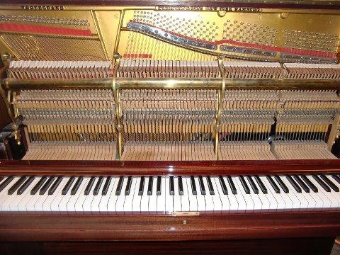 Kjøperen av dette pianoet må ut med 118.000 kroner.