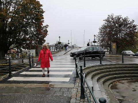 IKKE TRYGT: Bjørnhild Holst Holm syns utformingen av veikrysset mellom gangbrua og Storgata på Sydsiden er trafikkfarlig. - Myke trafikanter ledes ut i en kjørebane med trafikk, sier hun.