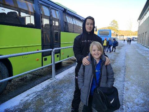FÅR IKKE BLI MED: Selv om Phillip (14) og Sander (9) Kjølibråten betaler for busskort hver måned, opplever de flere ganger i uka å ikke få plass på bussen. Da må de gå hjem fra skolen.