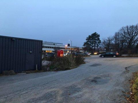 Slåsskampen fant sted bak Sonjas Mathus like ved avdeling Frydenberg tidlig i forrige uke. Flere titalls ungdommer skal ha samlet seg rundt.