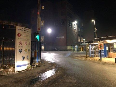 Nødetatene rykket søndag kveld ut etter melding om brann ved Saugbrugs. industrivernet hadde raskt fått kontroll.