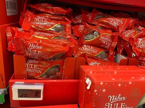 MARSIPAN: Én av varene kjedene har presset prisen på er julemarsipan. Bildet tatt på Kiwi.