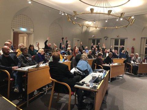 DELT: Fra avstemmingen i kommunestyret. De som rekker opp handa vil legge forslaget vekk. De fikk flest stemmer.