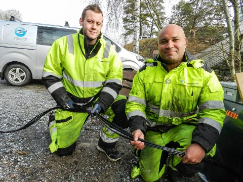 FIBER: Tessta fiber connect kobler fiber for Telenor her i Karrestadveien. Fra venstre sees Sondre Van Rijsingen og Johannes Cummings.