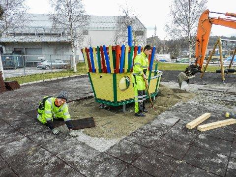 STÅR PÅ: Her i Nordens park jobbes det på for å bli ferdig i tide til innvielsen. Fra venstre sees Oscar Olsen Magnussen og Mathias Hansen fra parkvesenet.