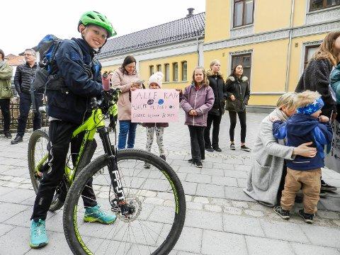 MILJØBEVISST: Jens Halvard Larsen sykler til skolen hver dag og han streiker for miljøet.