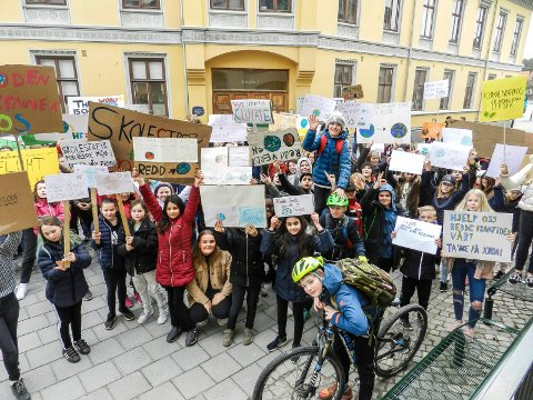 PROTESTERER: De unge streiker for klimaet.