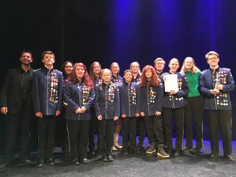 HALDEN SKOLEMUSIKKORPS: Bildet viser noen av musikantene etter prisutdelingen. Halden skolemusikkorps kom på første plass under årets distriksmesterskap.