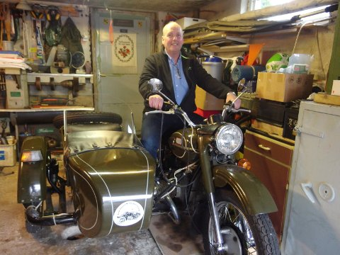 MOTORSYKLER: Tommy Granholt har alltid likt motorsykler, men helseproblemer har gjort at han nå må nøye seg med denne trehjulingen. Forrige helg var han på fjellet med familien og feiret at han nå blir 60 år. Men da med et annet kjøretøy!