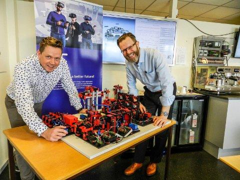 FORNØYDE: Fra venstre sees Petter Kvalvik, som leder digitalsatsingen sammen med forskningsdirektør Tomas Nordlander hos IFE.
