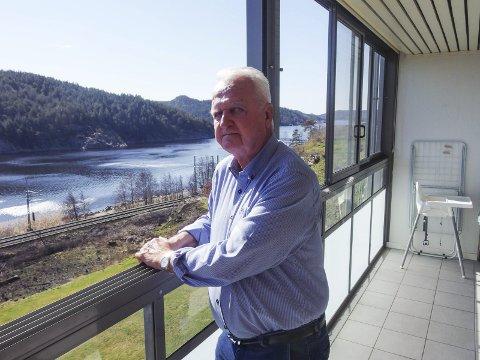 NYTER: Finn Moe stortrives som haldenser og nyter utsikten fra leiligheten på Refne. Nå runder han 75 år og er veldig fornøyd med livet så langt.