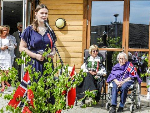 TANKEVEKKENDE: Elevrådsleder Kristine Svendsby kom med en hilsen til de eldre ved Fosbykollen.