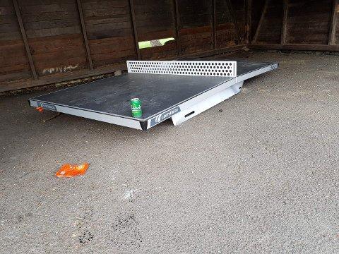 HÆRVERK: Dette bordtennisbordet i skolegården ut mot BRA-veien er blitt revet ned og ødelagt.