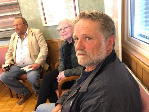 SPENTE: Anders Brynildsen (SP), Anni Hartvigsen (AP) og Harald Nilsen (AP), som utgjør kontrollutvalget i Aremark, før møtet startet i kveld.