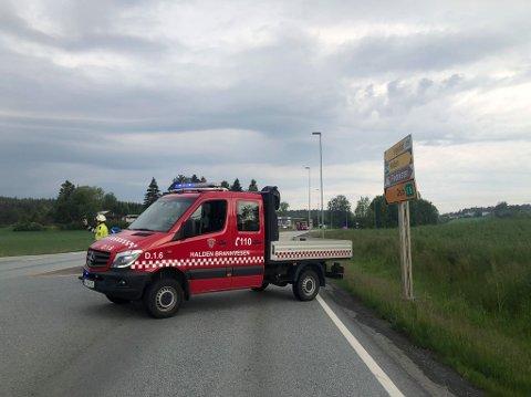 Veien er helt stengt etter dødsulykken. Bilen og lastebilen har kollidert ved den nedlagte bensinstasjonen. (Foto: Tobias Nordli)