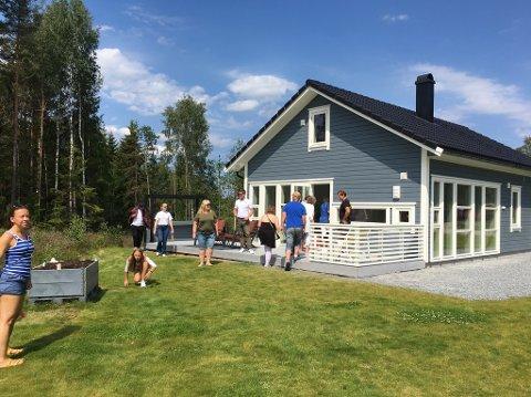 FOLKSOMT: Det var stor aktivitet på uten- og innendørs under visningen av hyttene i Røsneskilen lørdag.