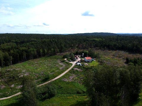 SMUGLERGÅRDEN: Til denne gården på svensk side av Gamle Svinesundsbrua kjører mindreårige haldensere på moped for å kjøpe sprit.