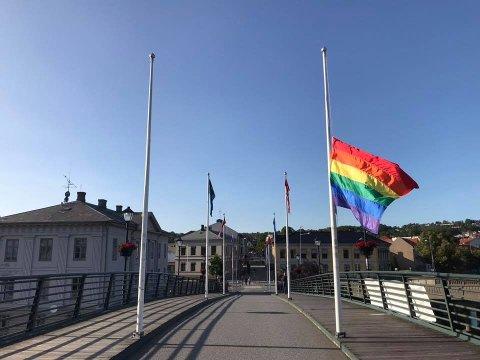 STJÅLET: Det ene Pride-flagget har blitt stjålet.
