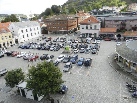 Mer enn parkering: – Utestedene, Bryggerhuset, Grotten, Brød og vann, Kokkekollektivet og Saigon, har uteserveringer. Det hadde vært triveligere for gjestene å slippe å ha biler helt innpå disse. Torvet kan brukes til mer enn parkering, mener Terje Vidar Høvik. Arkivfoto: Hans-Petter Kjøge