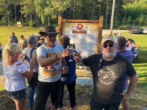 FEIRING: Thor Signebøen og Tom Skjeklesæther hever glasset til anledningen.