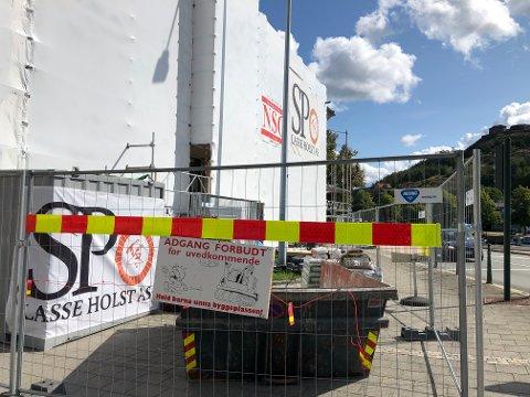 HØRTE IKKE ETTER: Innbrudstyvene har ikke respektert «ADGANG FORBUDT»-skiltet utenfor Storgata 7.