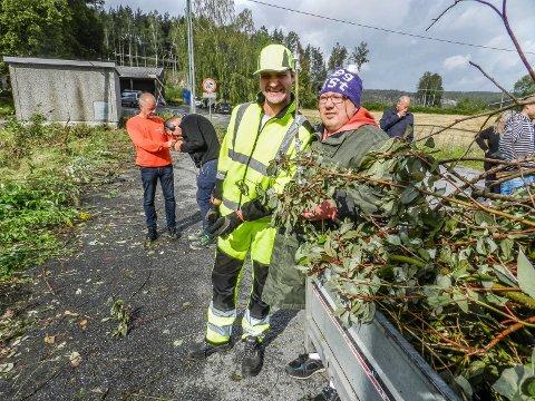 GLEDER SEG: I front: Kim Robin Johansen (tv) og Lasse Hansen ser fram til å komme i gang med vedproduksjonen på Iddevang.